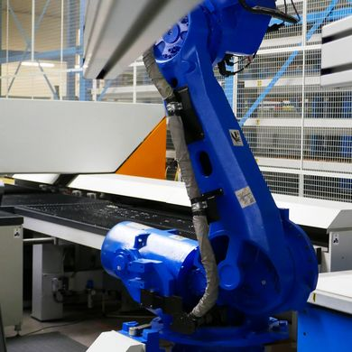The robot loads the blanks, provided by an automated material handling system.