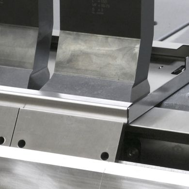 The suction cups in front of the stop units hold the blank to the stop fingers. This means that positive and negative subsequent bends can run automatically one after the other, which is very close to the process at a bending center.