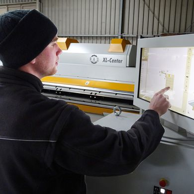 Nils Gensler drawing a metal profile with the Bendex software