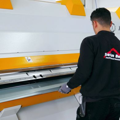 Unloading a finished profile at the XL-Center folding system