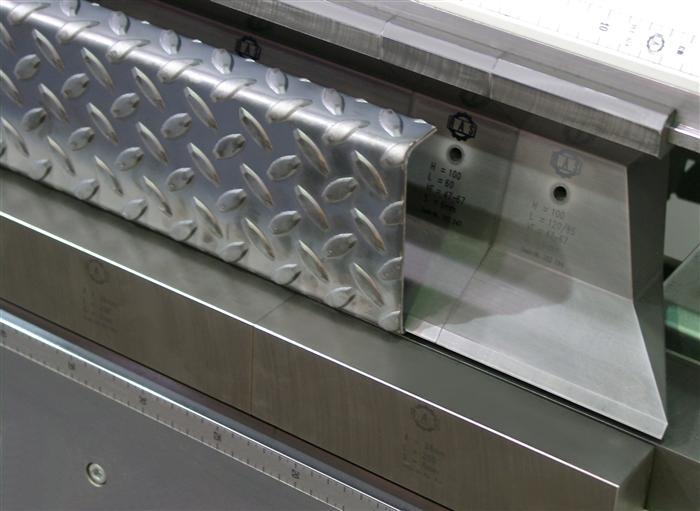 FLEXIbend folding a tread plate