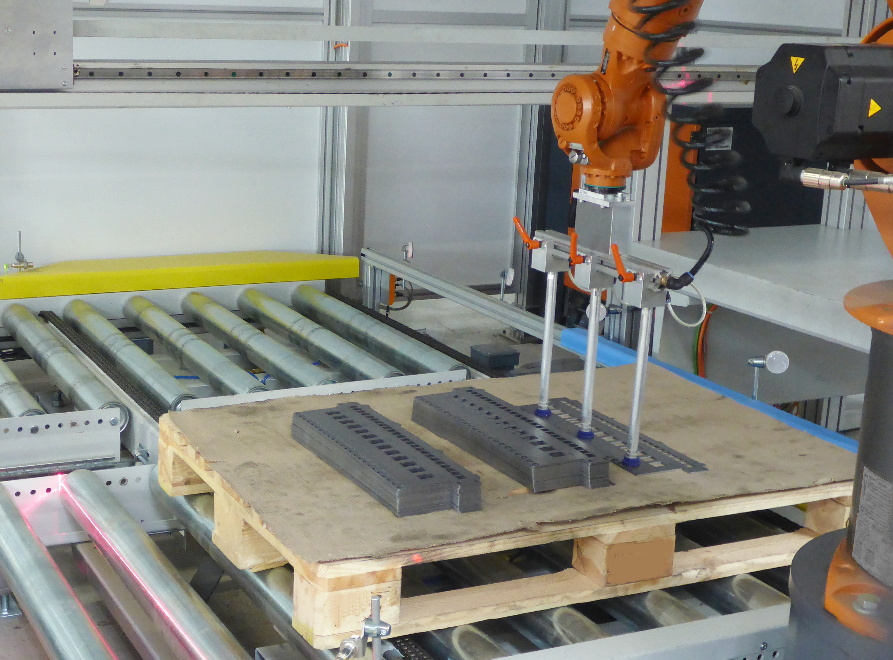 The intelligent laoding robot takes the blanks from the material stacks