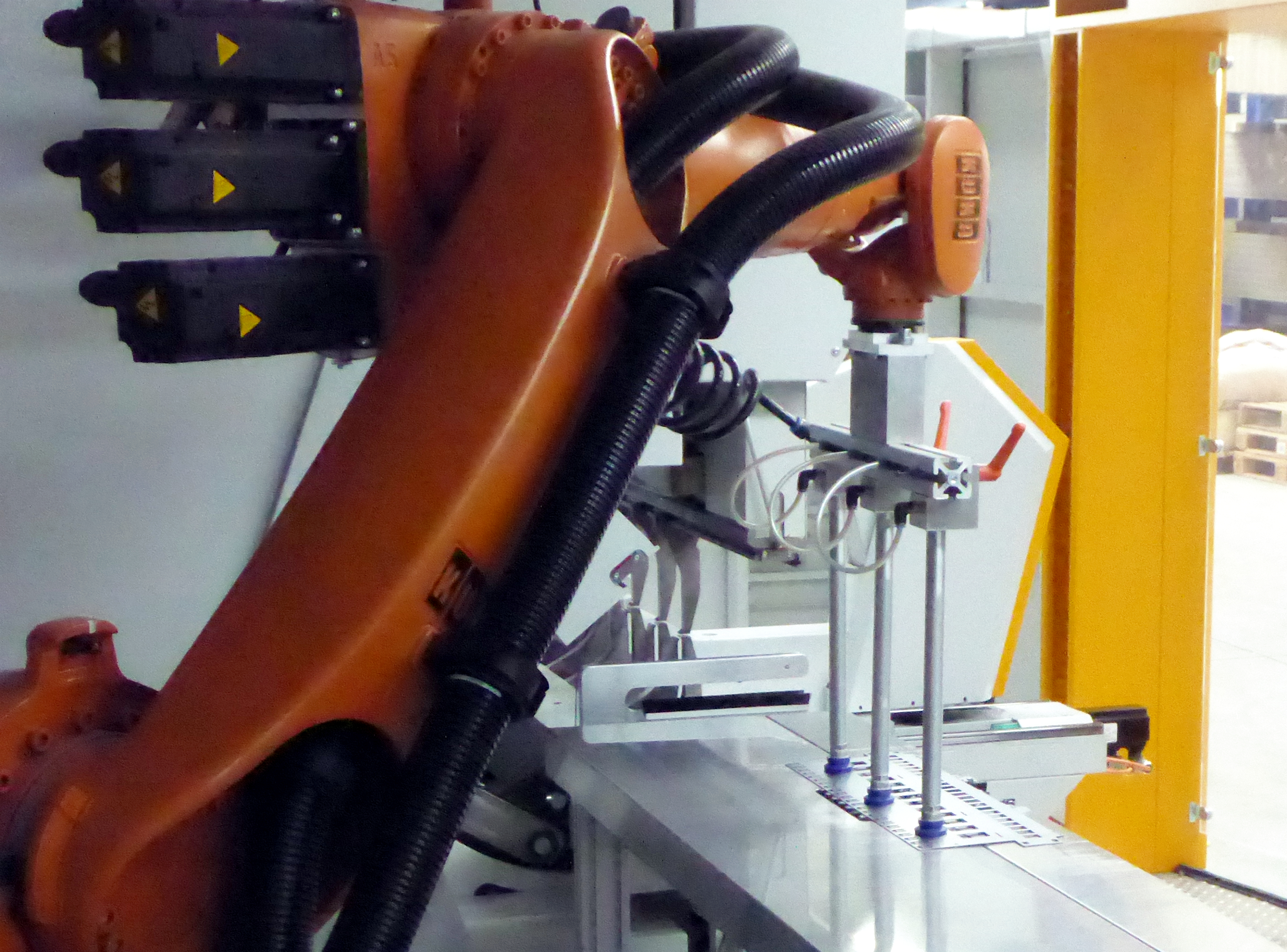 The robot feeds the blank to the MiniBendCenter at the suction table