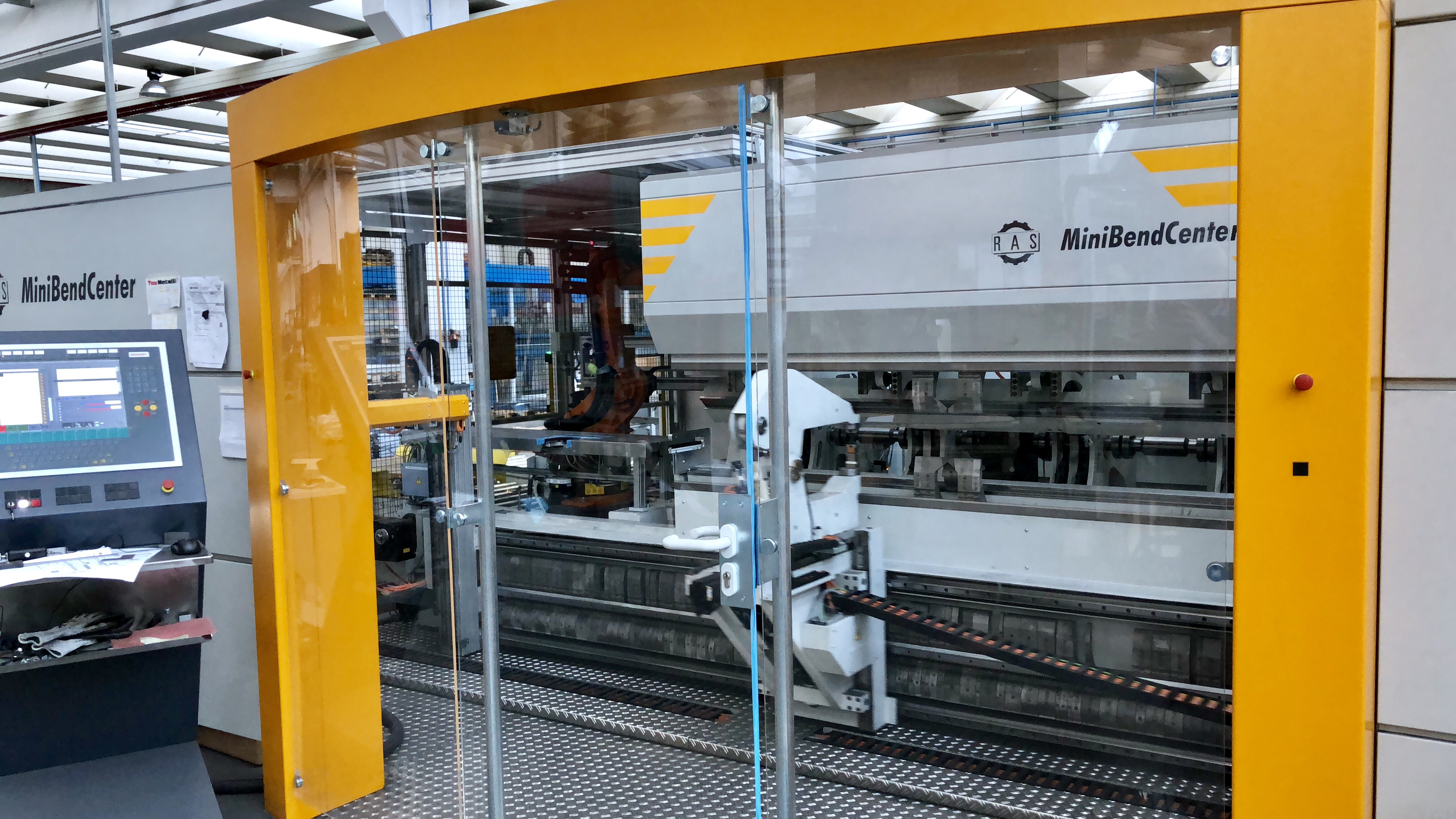 RAS MiniBendCenter: Automatic folding center for small parts