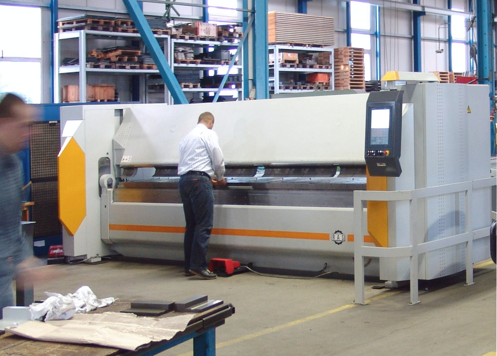 For smaller and medium-sized parts the operator works on the front